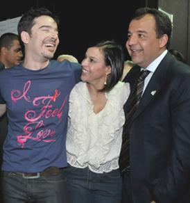 Trio amigo: O estilista Carlos Tufvesson, Adriana e o marido Sérgio Cabral