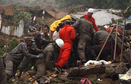 Soldados do Corpo de Bombeiros tentam encontrar sobreviventes em desabamento