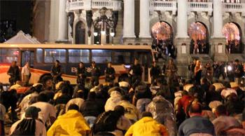 Bombeiros fazem flexões e cantam o hino da corporação em protesto na frente do Teatro Municipal