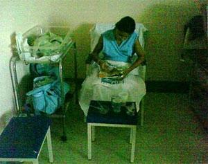 Mãe que acabou de dar à luz repousa sentada em cadeira, por falta até de macas, na Maternidade Leila Diniz, no Rio