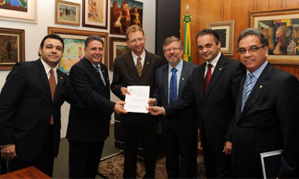 Garotinho e colegas deputados entregam projeto ao presidente da Câmara, Marco Maia (no centro de gravata azul)