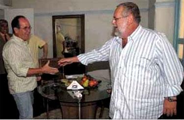 Alexandre Mocaiber (esquerda) aperta a mão do amigo e sócio nos negócio, Marcos Bacellar, agora, ambos inelegíveis