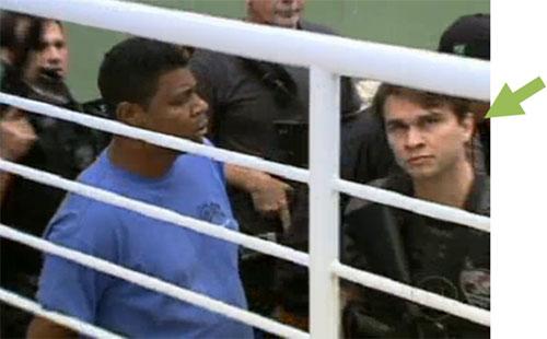William é conduzido preso pelo delegado Maurício Demétrio (o da seta apontando)