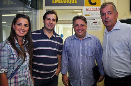 Deputados Clarissa Garotinho, Rodrigo Maia, Garotinho e Paulo Feijó no aeroporto de Campos aguardando a chegada dos ministros para sobrevoarem áreas atingidas