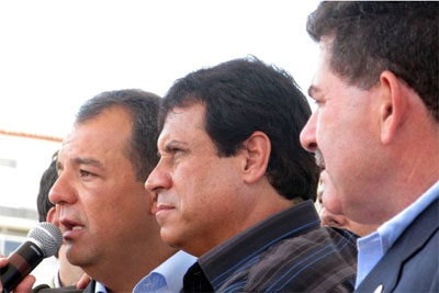 O prefeito Marquinhos Mendes entre seus dois grandes amigos e aliados: Cabral e Paulo Melo