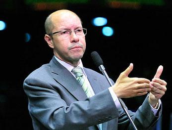 O senador Demóstenes Torres (DEM - GO) não é o único que vai ter que explicar ligações com o contraventor Carlinhos Cachoeira