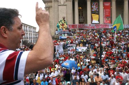 Garotinho, que lidera as pesquisas para a sucessão de Cabral, discursa para os bombeiros em frente à ALERJ, no ano passado