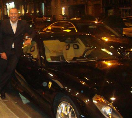 O secretário Wilson Carlos junto à possante Ferrari preta que usa quando está em Paris