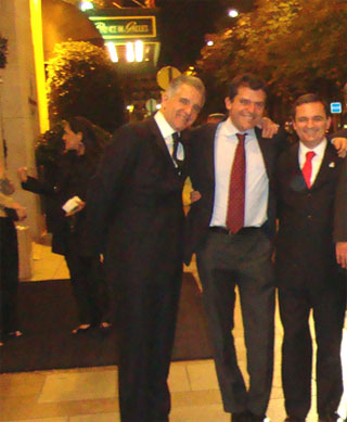 Julio Lopes, Fernando Cavendish e Régis Fichtner numa farra em Paris posam na Avenida Champs Elysées