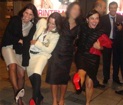 Adriana Ancelmo com as amigas exibe o seu sapato Christian Louboutin, num modelo de R$ 10 mil