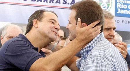 Cabral e Paes, em total sintonia, partem para o abraço, sob o olhar de Julio Lopes