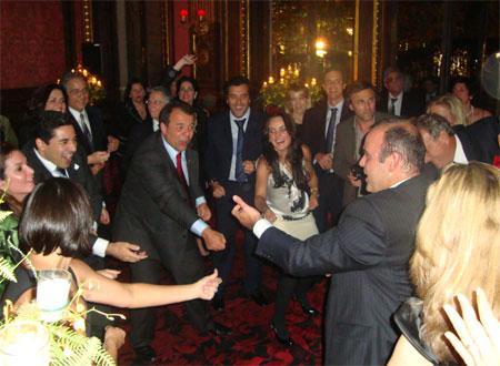 Cabral dança até o chão com o secretário Wilson Carlos