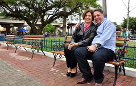 Garotinho e Rosinha no banco da praça, em Campos