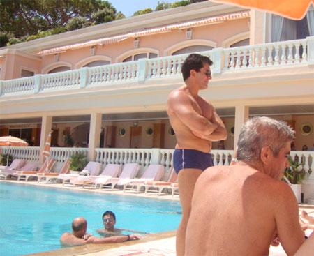 Sérgio Côrtes conversa com um amigo dentro da piscina enquanto Cavendish e Luiz Carlos Bezerra, assessor da presidência da ALERJ (de perfil) tomam sol