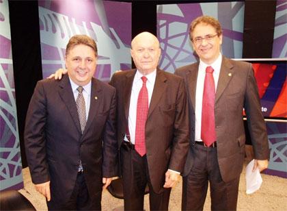 Garotinho, o jornalista Tarcísio Holanda e o deputado Carlos Zarattini na gravação do programa Brasil em Debate, da TV Câmara (Foto de André Couto)