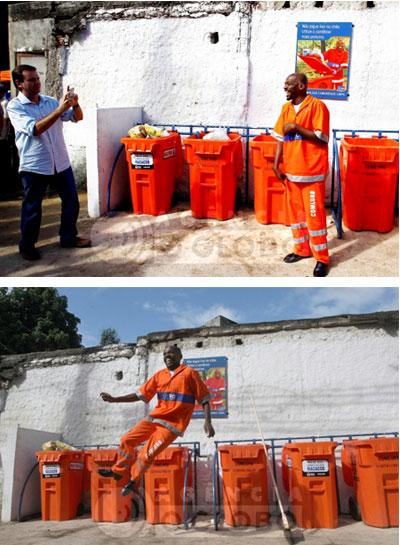 Paes se diverte com o gari Renato Sorriso na entrega de cestas de lixo no Morro dos Macacos
