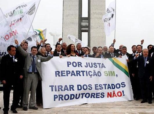 Garotinho (no centro) e parlamentares da bancada do Rio de Janeiro defendem os royalties em manifestação na rampa do Congresso em outubro do ano passado
