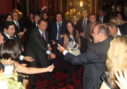 Cabral numa das farras em Paris com a Gangue dos Guardanapos e seu amigo Fernando Cavendish dançando até o chão com seu secretário de Governo, Wilson Carlos