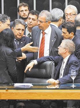 Garotinho, Paulo Feijó (ao seu lado) e outros deputados argumentam com o presidente Marco Maia no dia da votação