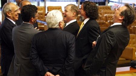 Advogados dos réus do Mensalão contam piadas no intervalo de um dos primeiros dias do julgamento