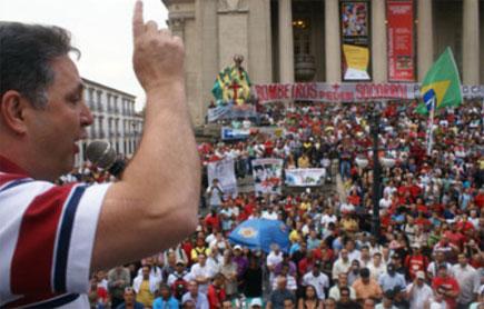 Garotinho discursa em frente à ALERJ durante vigília dos bombeiros
