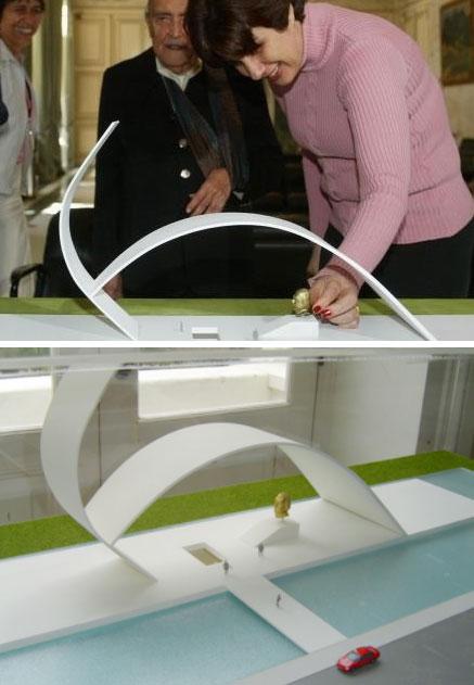 Rosinha, como governadora, recebe Oscar Niemeyer no Palácio Guanabara quando o arquiteto apresentou o projeto do Memorial Leonel Brizola