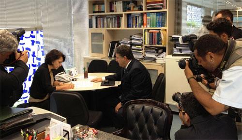 Garotinho entrega ofício à diretora-geral da mesa diretora do Congresso Nacional sob o olhar atento dos fotógrafos (Foto de André Couto)