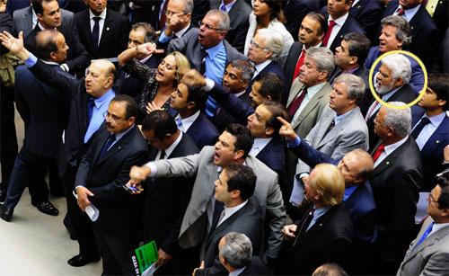No círculo amarelo o deputado Zoinho presente no início da sessão, mas que viajou para o Rio antes da votação