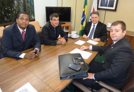 Garotinho com representantes da Guarda Portuária (Foto de André Couto)
