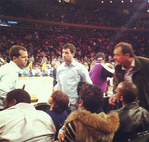 À esquerda Marco Antônio em pé e à direita Cabral no jogo de basquete deste sábado no Madison Square Garden, em Nova Iorque (Foto enviada por leitor)