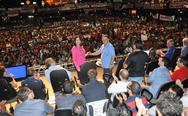 Garotinho e Rosinha com a multidão no fundo (Foto de Gerson Gomes)