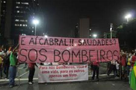 Movimento SOS Bombeiros participando de manifestação no Rio, na semana passada