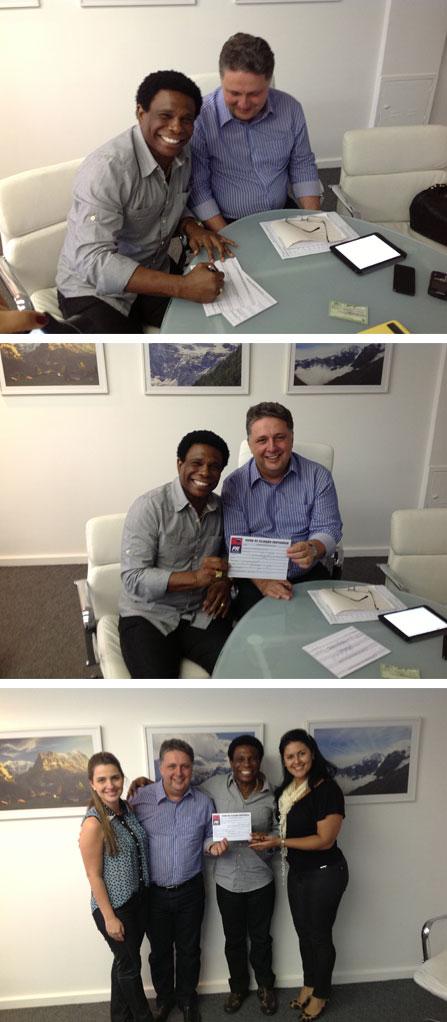 Neguinho da Beija-Flor assina sua filiação ao PR, ao lado da esposa Elaine, de Garotinho e Clarissa (Fotos de Cleiton Rodrigues)