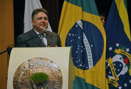 Garotinho discursando ontem, em Campos, na cerimônia de outorga do aeroporto (Foto de Gerson Gomes)