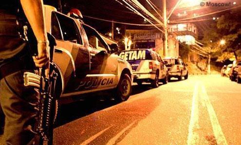 Comboio de viaturas do GETAM, unidade da PM do Rio de Janeiro criada por Garotinho