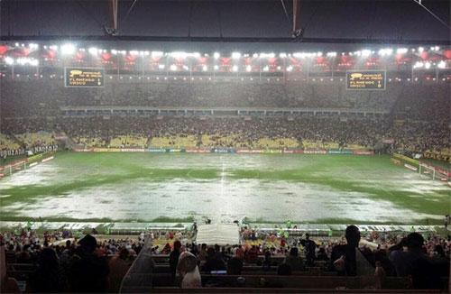 Maracanã vira piscinão e clássico Flamengo e Vasco teve que ser interrompido