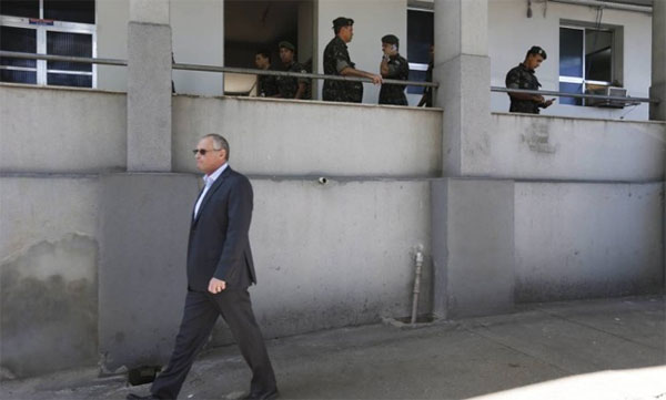 Beltrame deixando a sede da Força de Pacificação (Foto de Domingos Peixoto, da Agência Globo)