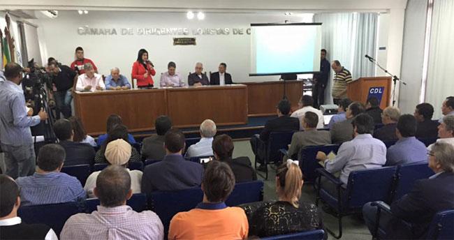 Rosinha e Garotinho participam de seminário no Clube dos Diretores Lojistas, com a presença de outros prefeitos, para discutir alternativas para a crise dos royalties (Foto de Gerson Gomes)