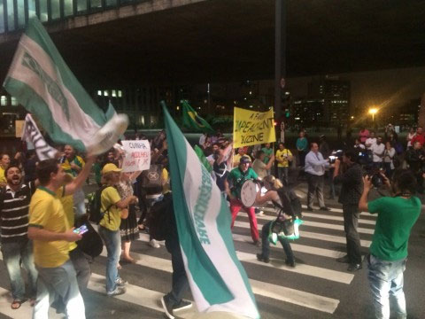 Grupo comemorou na Avenida Paulista abertura do impeachment