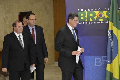 Alexandre Tombini (Presidente do Banco Central), Nelson Barbosa e Joaquim Levy (o atual e o ex ministro da Fazenda)