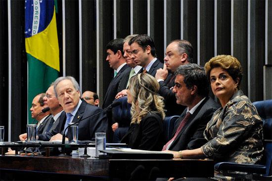 Dilma olha para a galeria do Senado onde estava Lula e seus aliados