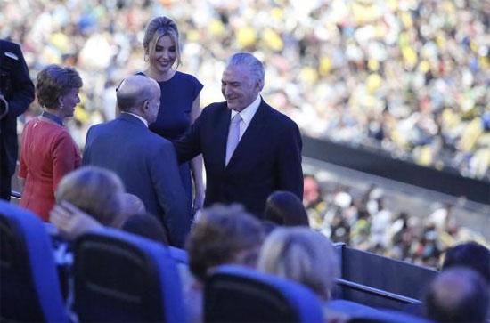 Francisco Dornelles é cumprimentado por Michel Temer na abertura da Paralimpíada (7 de setembro)