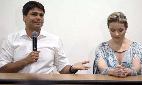 Pedro Paulo ao lado da ex-mulher na coletiva onde pediu desculpas pelas agressões, que depois negou
