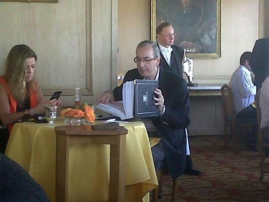 Eduardo Cunha e Cláudia Cruz num dos restaurantes mais caros de Paris, tomando champanhe enquanto ele faz sua escolha na carta de vinhos
