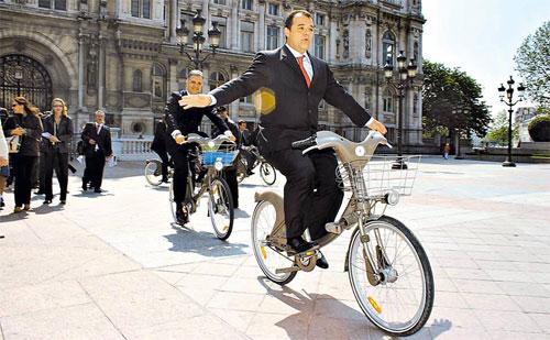 Sérgio Cabral passeando de bicicleta em Paris