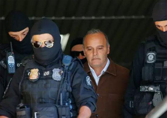 Wilson Carlos levado por policiais federais para Curitiba