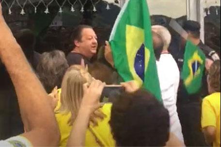 Luiz Zveiter (de camisa preta) é cercado por manifestantes na porta do prédio em Icaraí (Niterói)