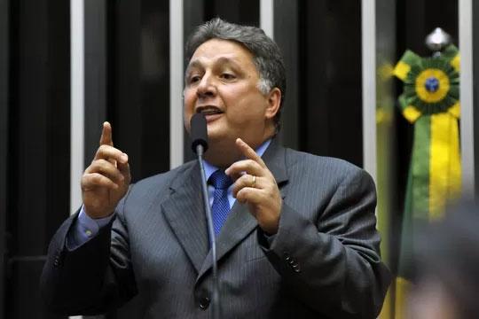 Garotinho denunciando na tribuna da Câmara a roubalheira do governo Cabral