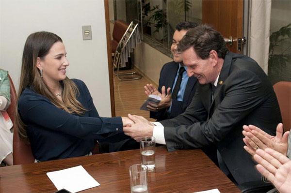 Clarissa Garotinho é cumprimentada por Marcelo Crivella no ato de filiação ao PRB