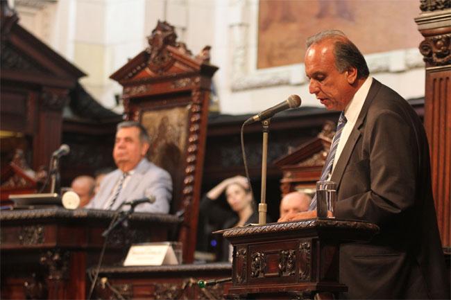 Pezão discursa com Jorge Picciani ao fundo